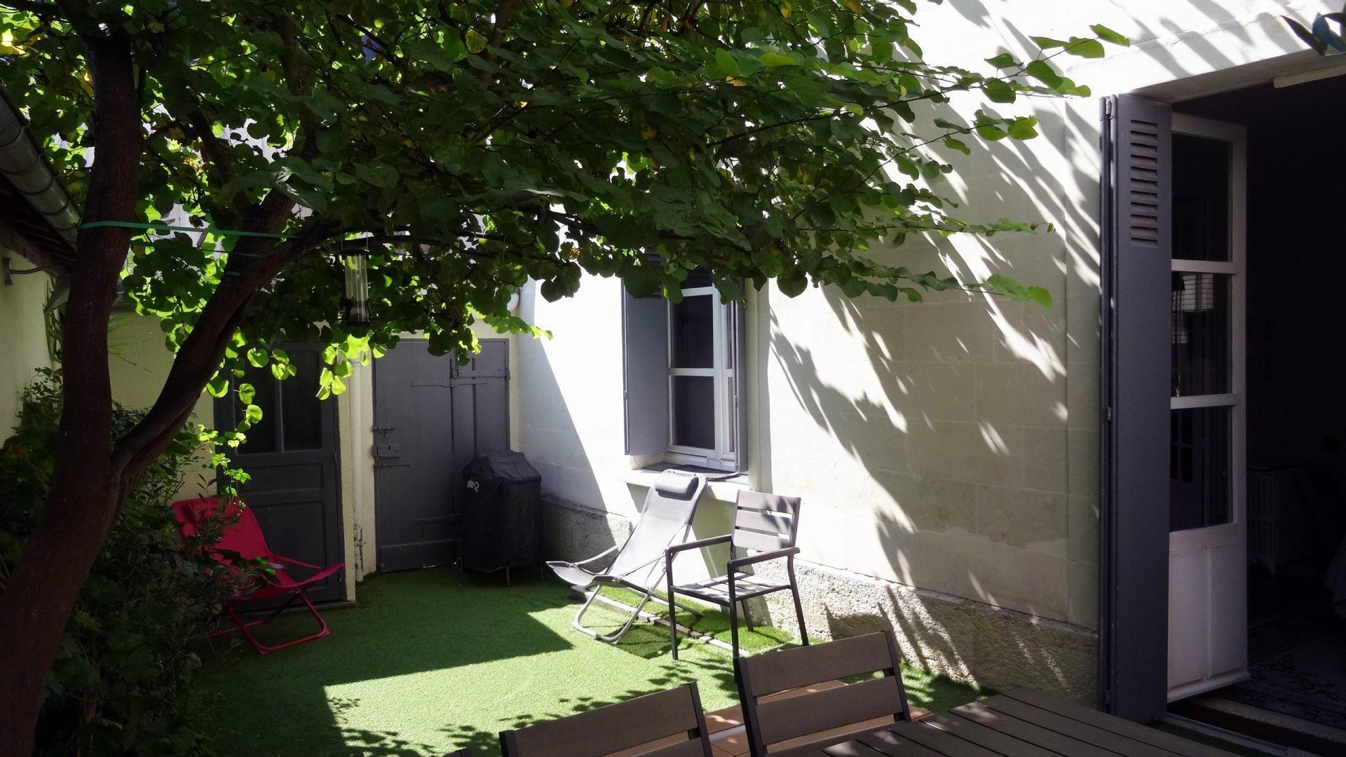 maison-avec-cour-arboree-garage